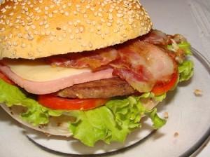 una hamburguesa de pavo y ensalada para la cena